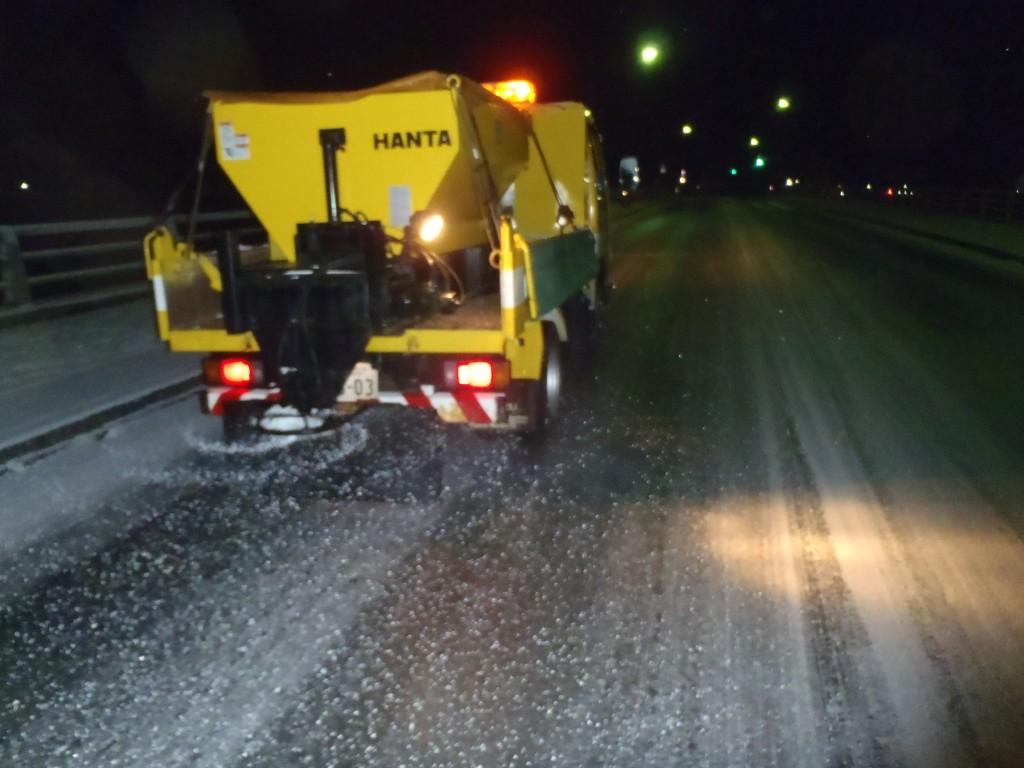 市道・凍結防止剤散布作業